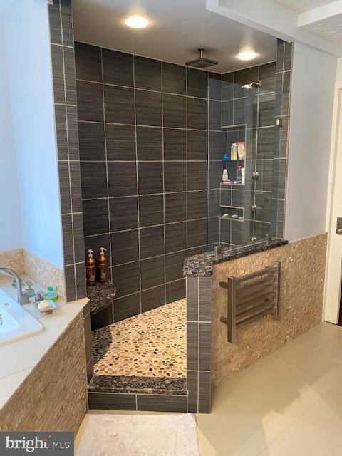 Master shower with heated towel rack - 15201 HUMBOLT BAY CT, GAINESVILLE