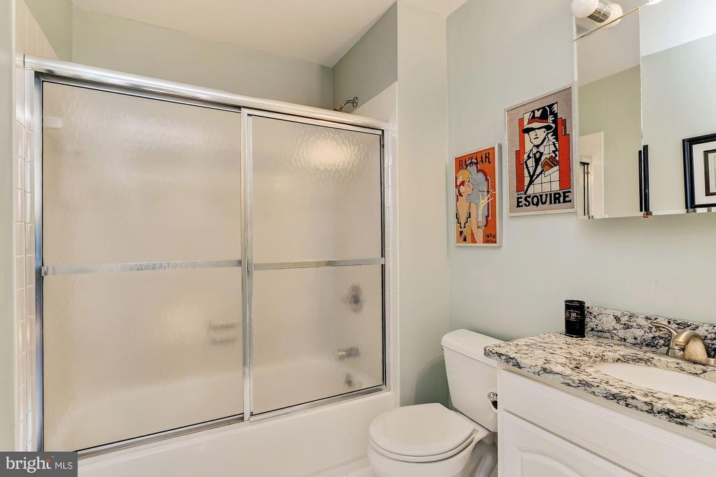 Carriage Apartment Full Bathroom - 12466 KONDRUP DR, FULTON