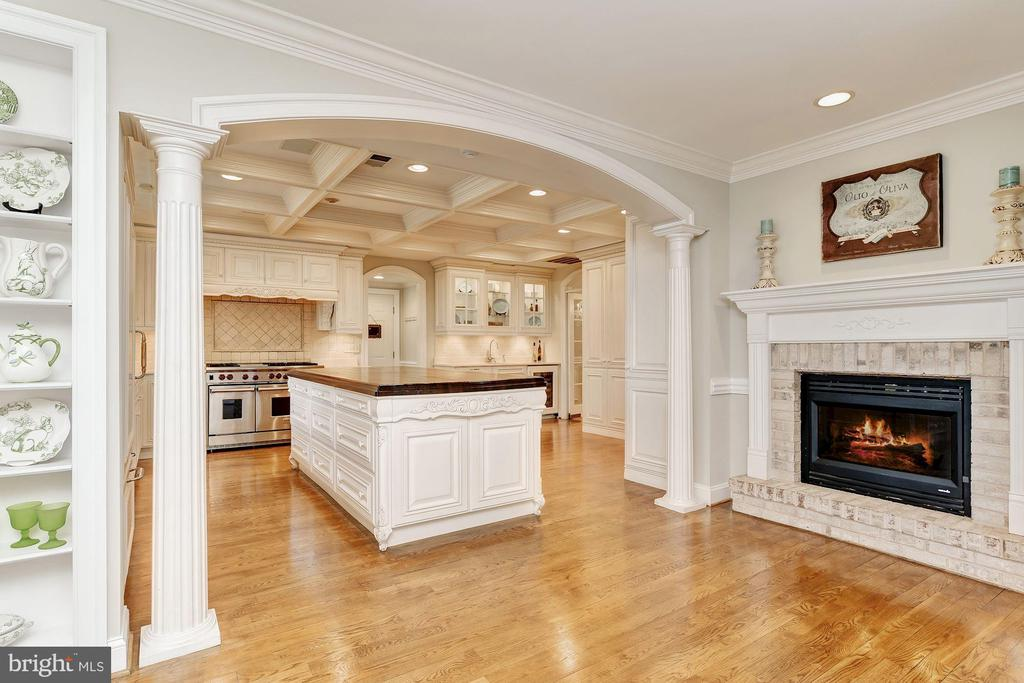 Arched Cased Opening to Custom Kitchen - 12466 KONDRUP DR, FULTON