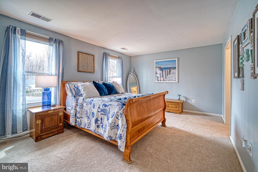 Large master bedroom with en-suite bath - 12224 PINE PARK CT, FAIRFAX