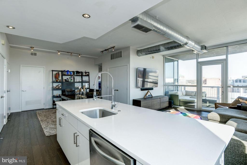 Sleek Quartz countertops & expansive island - 3409 WILSON BLVD #602, ARLINGTON