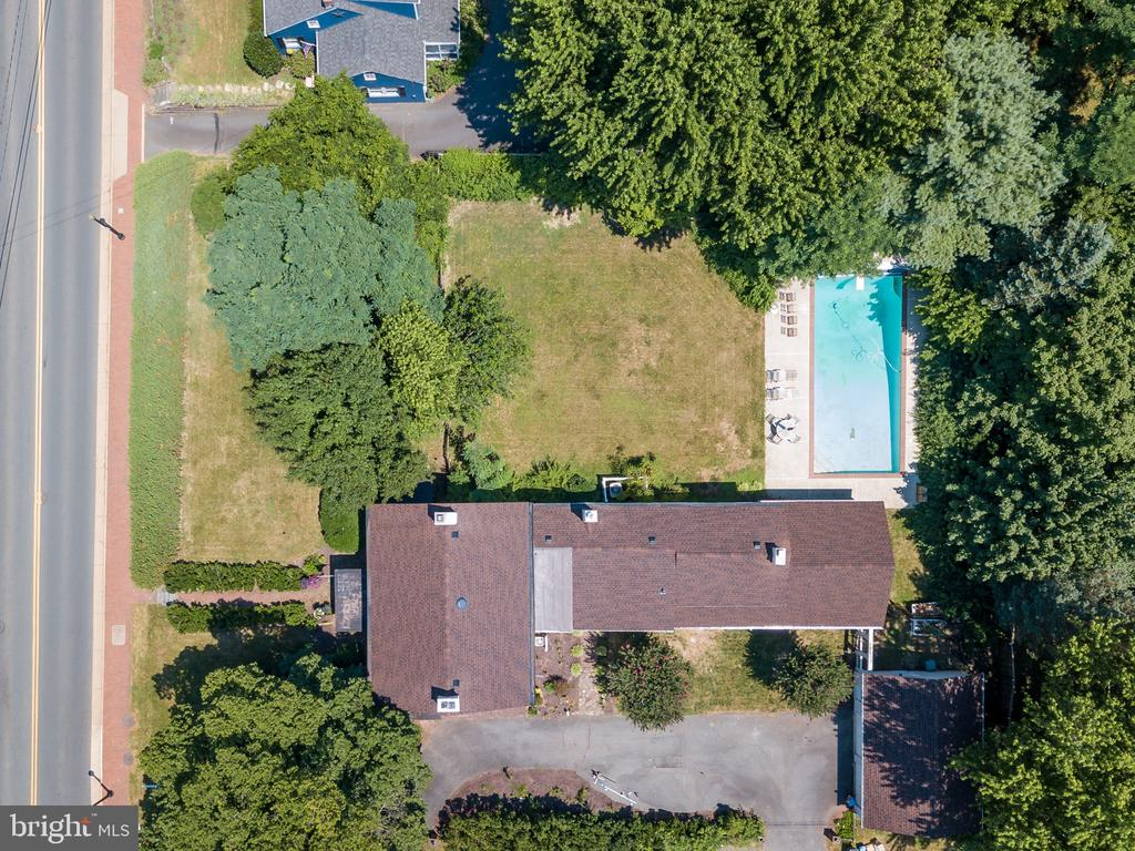 View of the house, yard and pool - 308 KING ST, LEESBURG