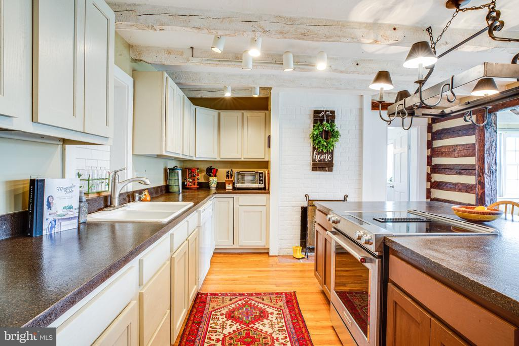 The kitchen is the heart of this home - 504 POPLAR RD, FREDERICKSBURG