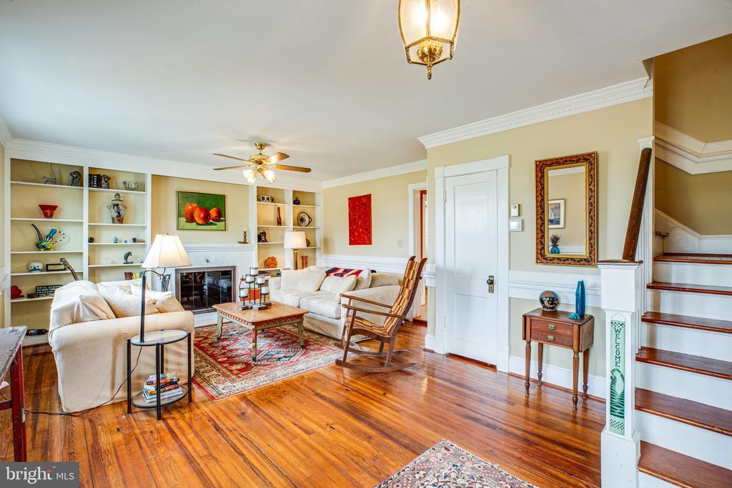 The living room is welcoming - 504 POPLAR RD, FREDERICKSBURG