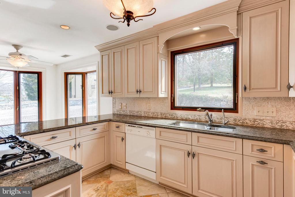 Kitchen with views of creek and courtyard - 3182 HARNESS CREEK RD, ANNAPOLIS