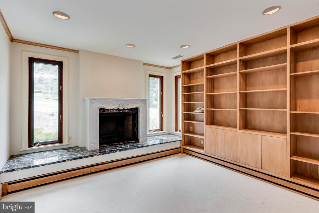 Library with Gas Fireplace - 3182 HARNESS CREEK RD, ANNAPOLIS