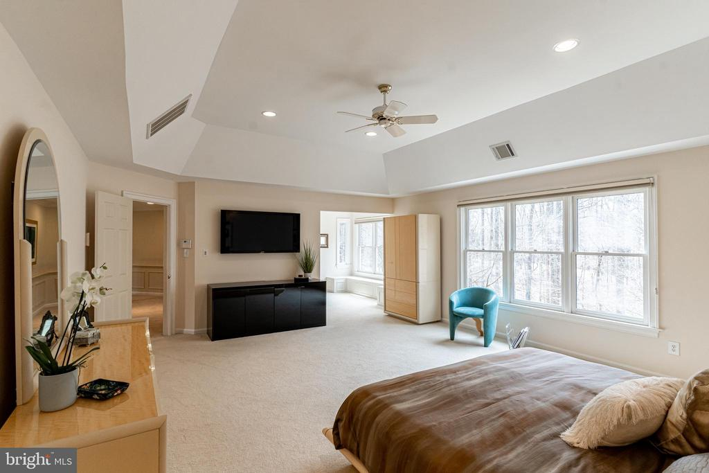 Owner's Suite w/Dressing Area - 7000 FAWN TRAIL CT, BETHESDA