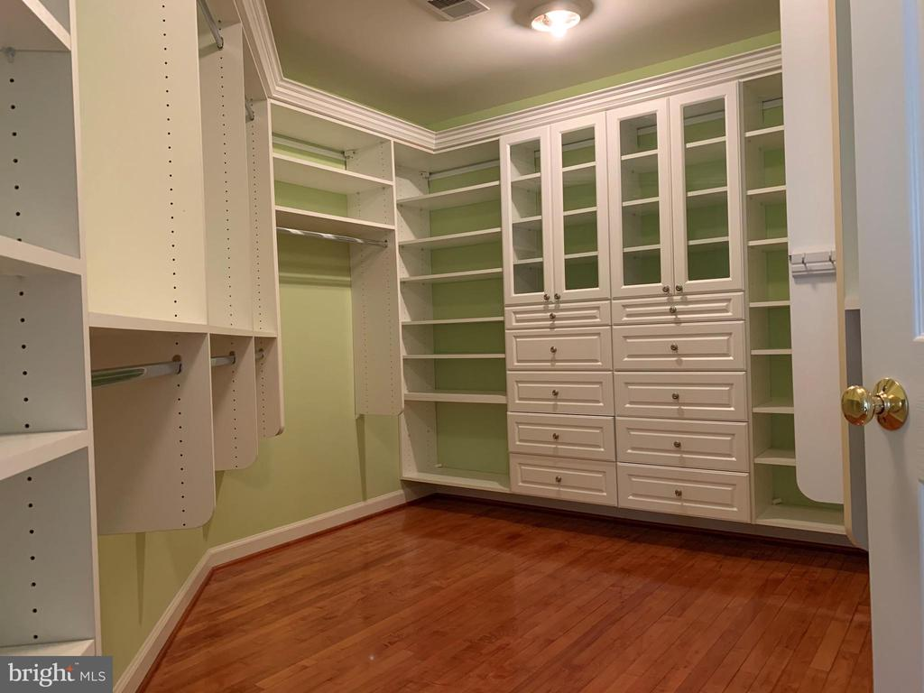 Master Closet - 43292 CLARECASTLE DR, CHANTILLY