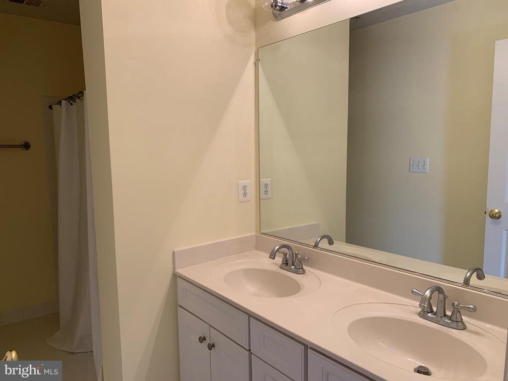 LL Full Bathroom 4 - 43292 CLARECASTLE DR, CHANTILLY
