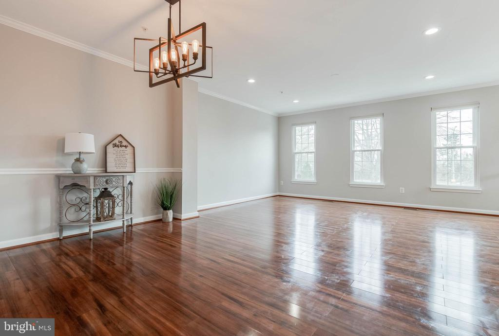Beautifully updated living room/dining room - 4731 THORNBURY DR, FAIRFAX