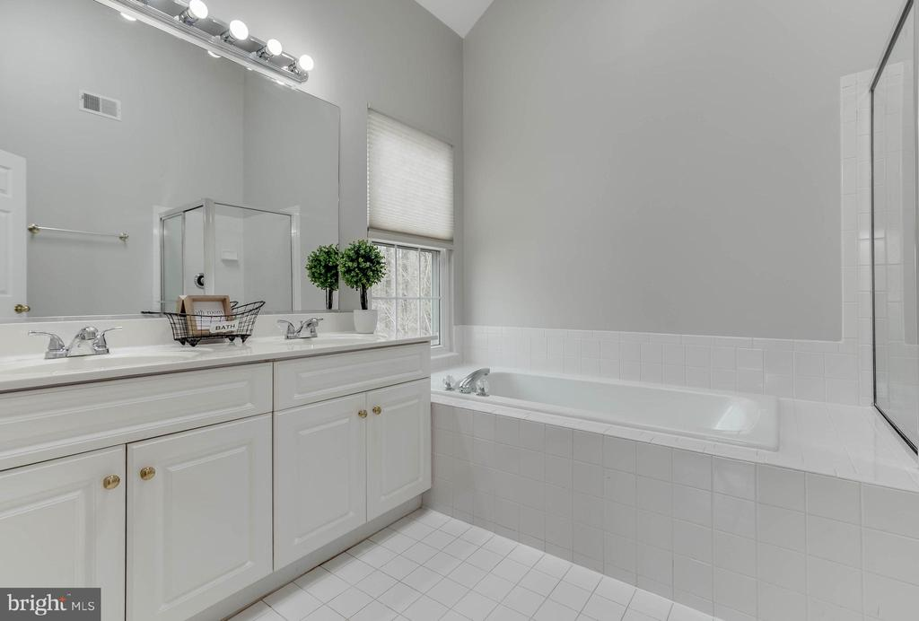 Master bathroom with double vanity - 4731 THORNBURY DR, FAIRFAX