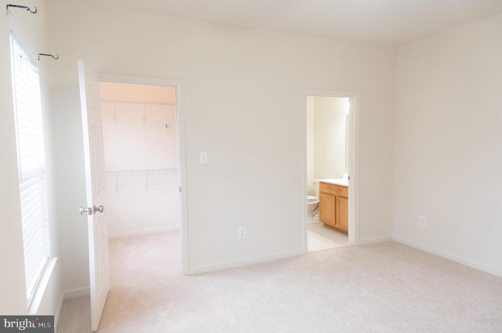 Bedroom #3 - Separate Bathroom & Walk-in Closet - 1689 WINTERWOOD CT, HERNDON