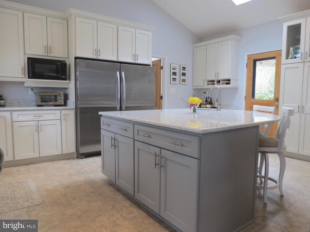 Granite island,  matching refrigerator & freezer - 335 FODDERSTACK RD, WASHINGTON