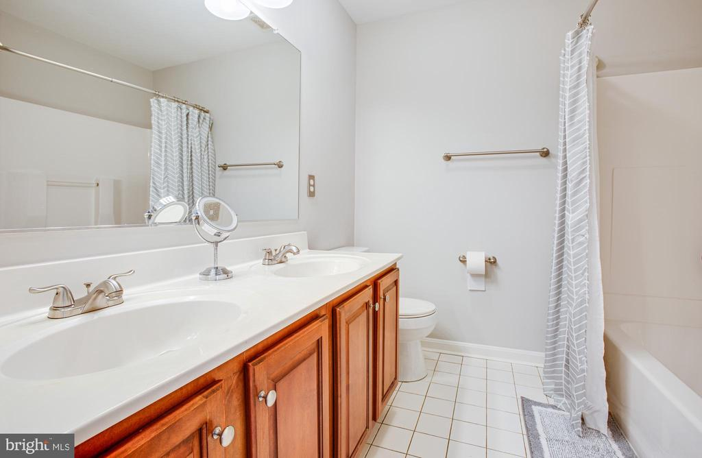 full hall bath - 2 KINGSLEY CT, STAFFORD
