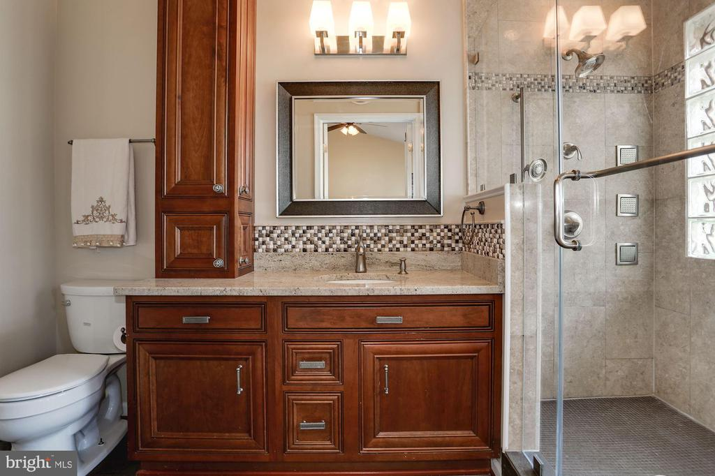Owner's bathroom - 8110 MADRILLON SPRINGS LN, VIENNA