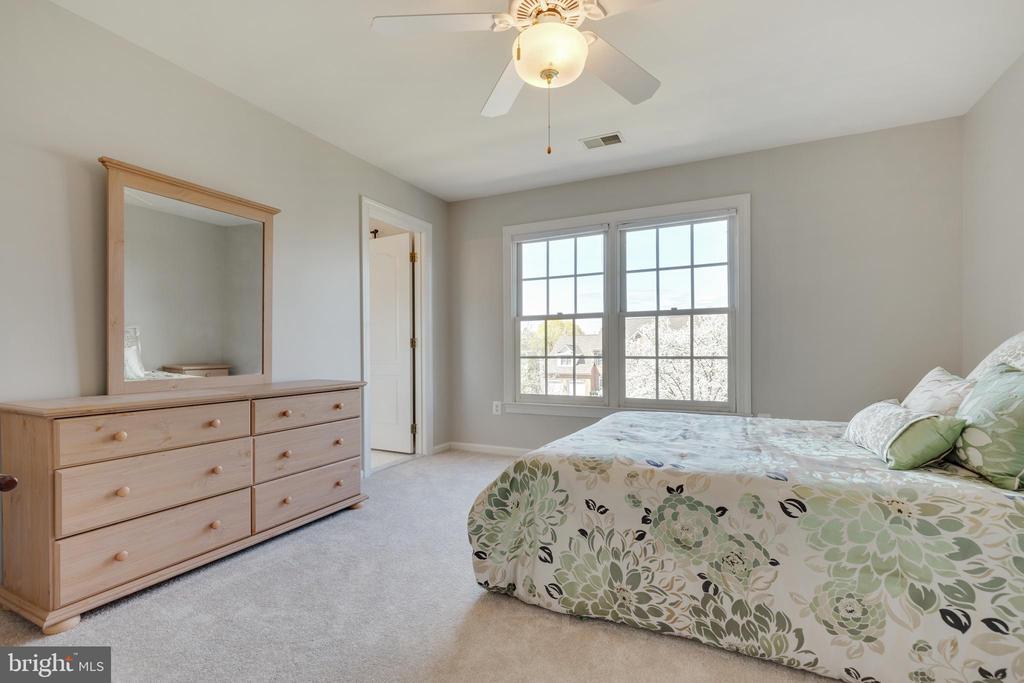 Secondary Bedroom with En Suite Bathroom - 21946 HYDE PARK DR, ASHBURN