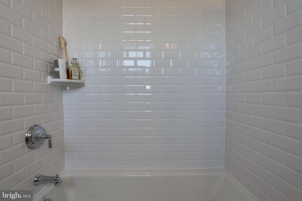 classic white tile at tub surround - 5010 25TH RD N, ARLINGTON