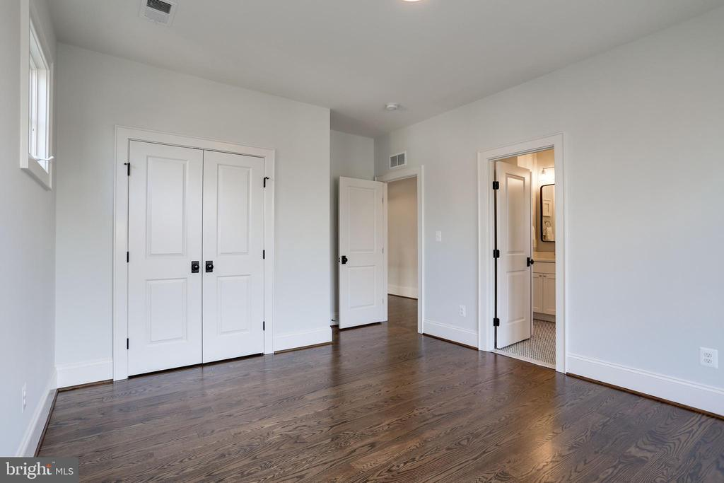 wood floors in all upstairs bedrooms - 5010 25TH RD N, ARLINGTON