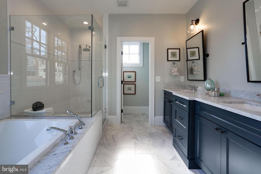 soaking tub with marble surround - 5010 25TH RD N, ARLINGTON