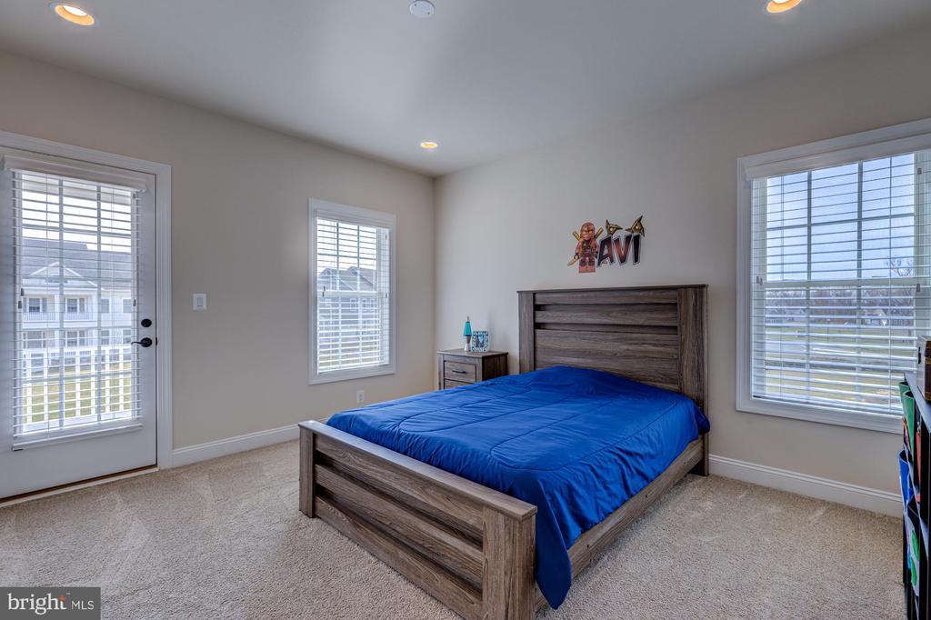 Bedroom #2 with walk-in closet and en-suite bath - 23065 CHAMBOURCIN PL, ASHBURN