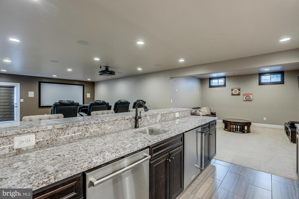 Beautiful upgraded floor tile, granite, and sink - 23065 CHAMBOURCIN PL, ASHBURN