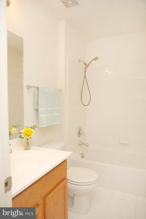 Second Full Bath on Upper Level - 25928 KIMBERLY ROSE DR, CHANTILLY