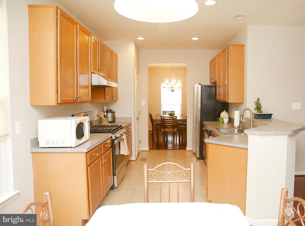Kitchen with New Stove, Exhaust Fan and Fridge - 25928 KIMBERLY ROSE DR, CHANTILLY
