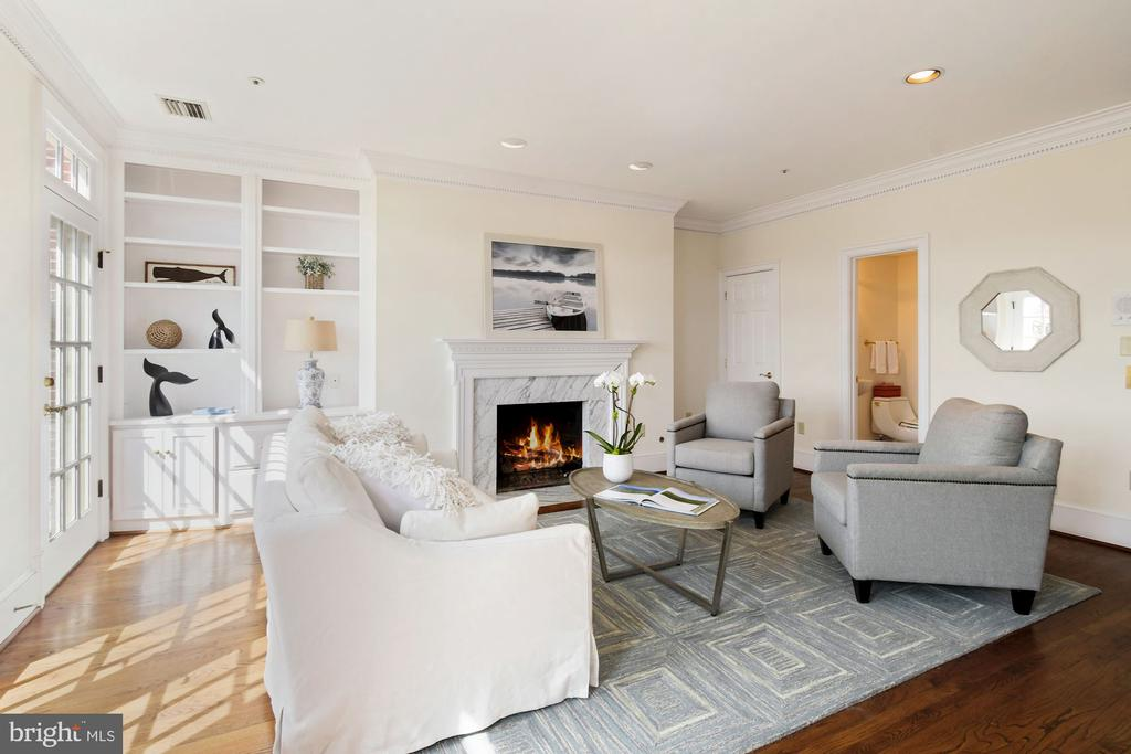 A sun drenched rec room w/ built-in bookshelves - 19 WILKES ST, ALEXANDRIA
