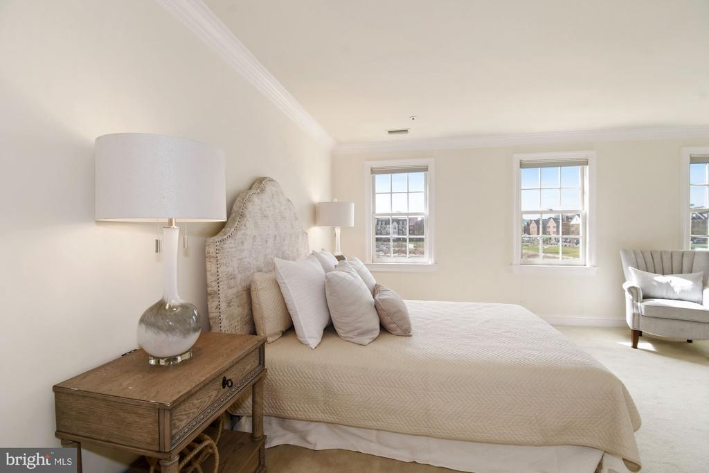 A generous master suite w/sweeping river views - 19 WILKES ST, ALEXANDRIA