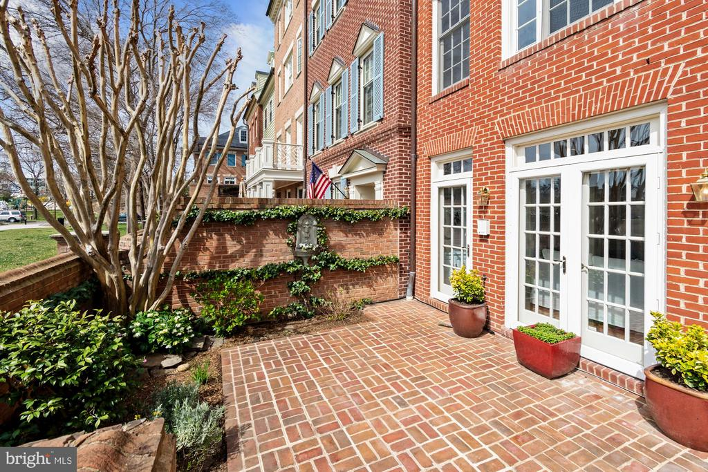 Southernmost patio offers a tall curved brick wall - 19 WILKES ST, ALEXANDRIA