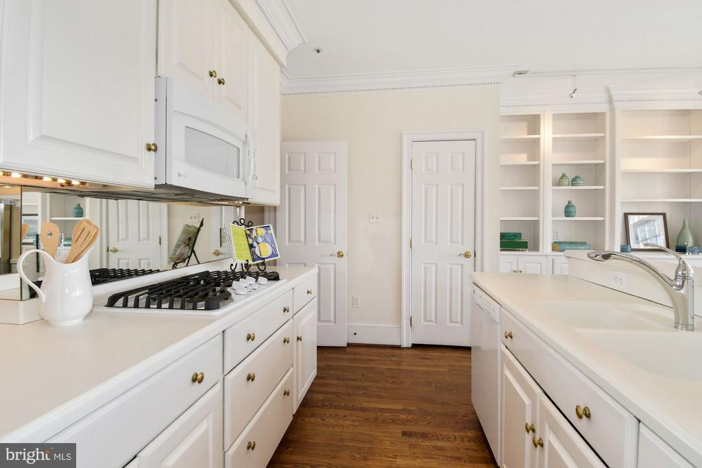 Enjoy gas cooking in this cheerful kitchen - 19 WILKES ST, ALEXANDRIA