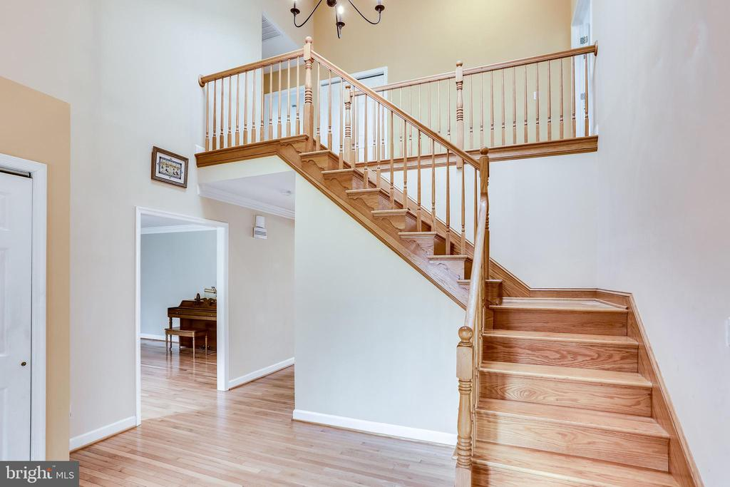 FOYER- WINDING STAIRCASE TO UPPER LEVEL - 7365 BEECHWOOD DR, SPRINGFIELD