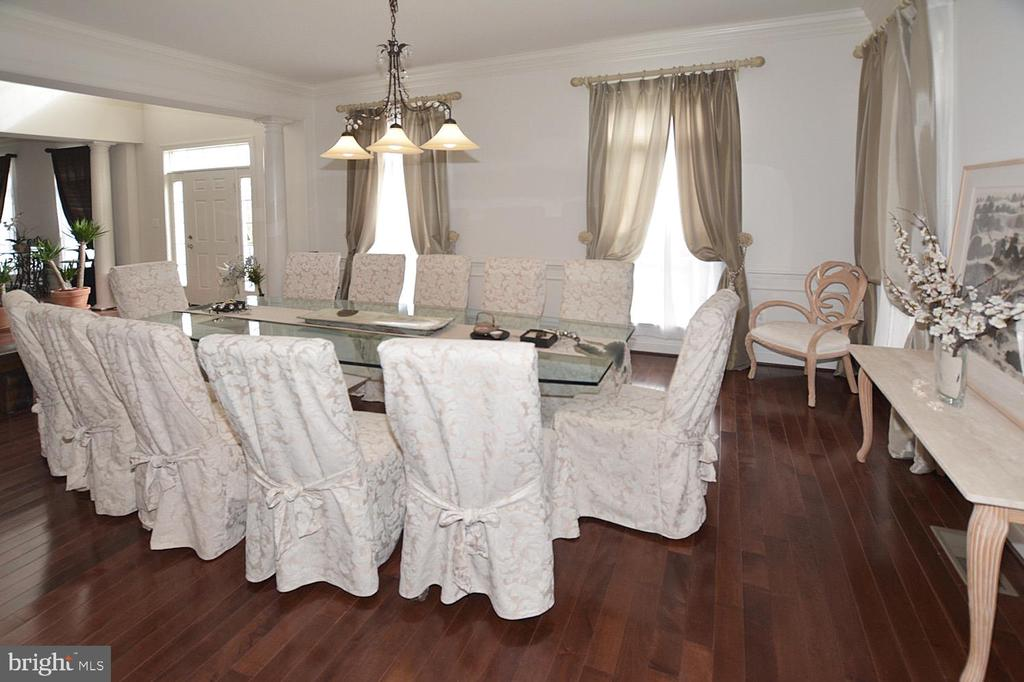 Spacious DR  w/upgraded moldings and HW floor - 2976 TROUSSEAU LN, OAKTON