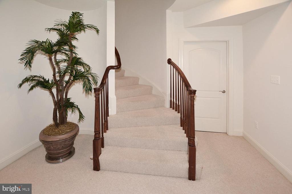 Curve stair case to lower level - 2976 TROUSSEAU LN, OAKTON