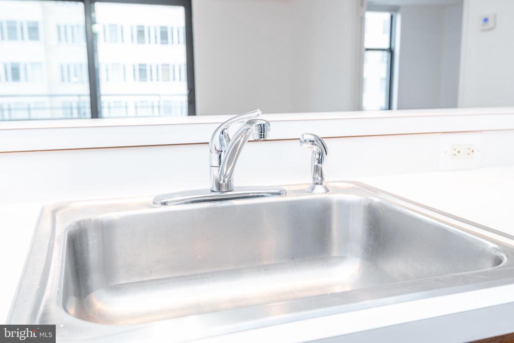 Convenient sink / breakfast bar - 1401 17TH ST NW #604, WASHINGTON