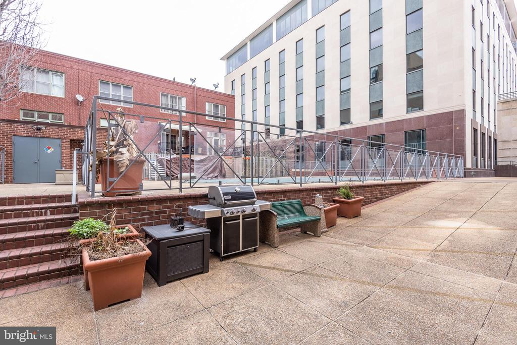 Grilling/picnic area for residents - 1401 17TH ST NW #604, WASHINGTON