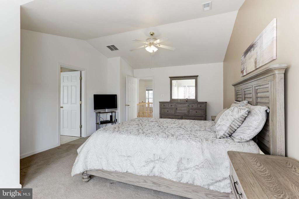 Spacious master suite - 45827 COLONNADE TER, STERLING