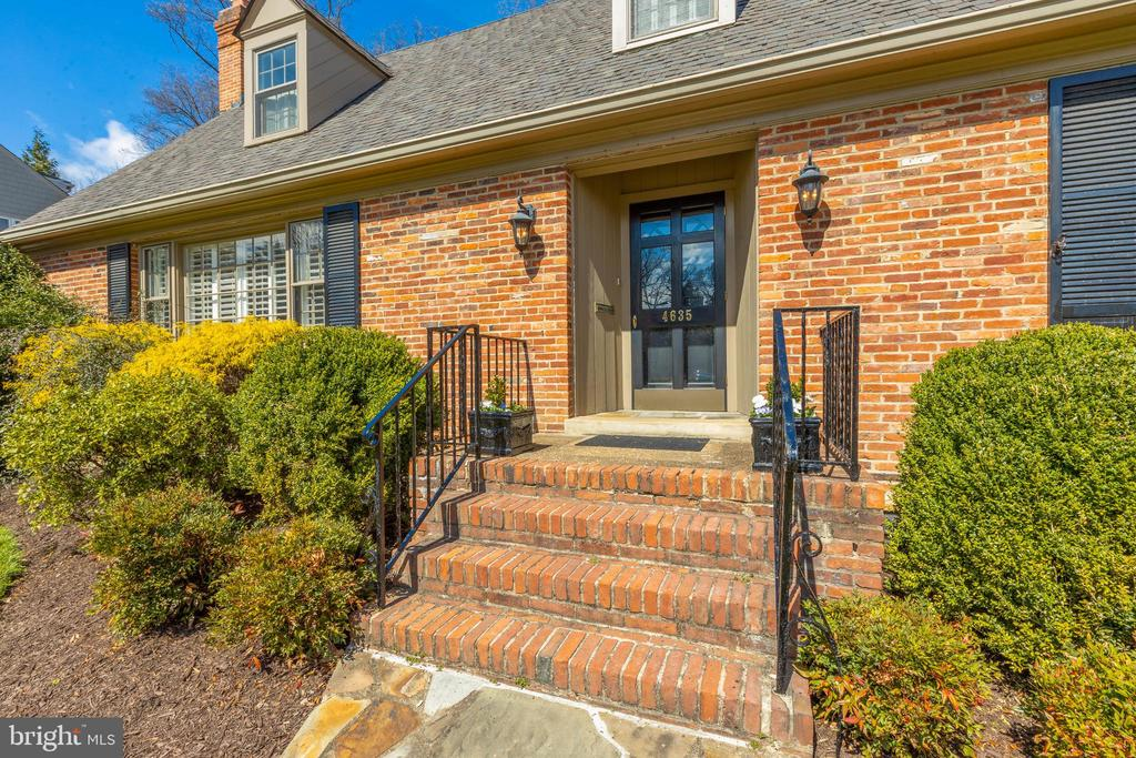 Welcoming front entry - 4635 35TH ST N, ARLINGTON