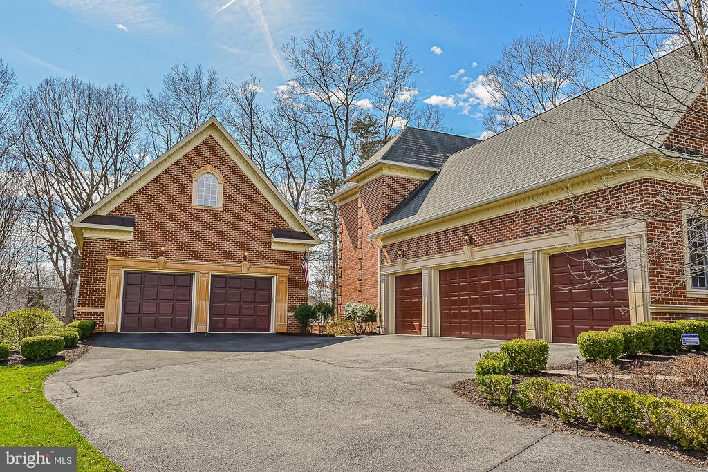 4 attached +2 Car detached Gar w/bonus space above - 2555 VALE RIDGE CT, OAKTON