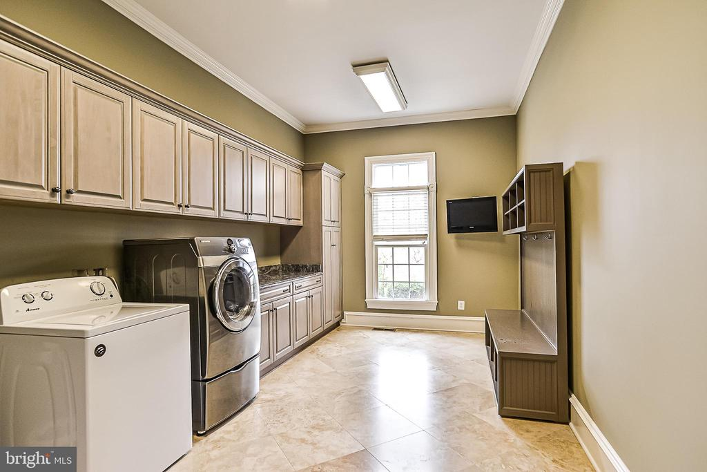 Extra Lrg Laundry Rm w/Cabinets & Travertine Flrs - 2555 VALE RIDGE CT, OAKTON
