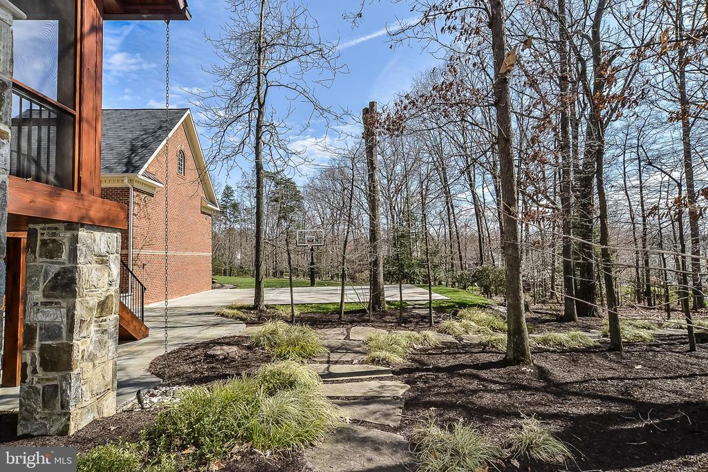 Exterior Rear Backing to Trees - 2555 VALE RIDGE CT, OAKTON