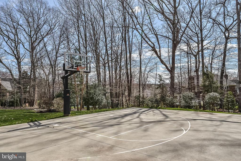 Awesome Sport Court to shoot some hoops - 2555 VALE RIDGE CT, OAKTON