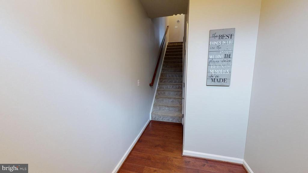 Inviting foyer with garage entry - 416 HAUPT SQ SE, LEESBURG