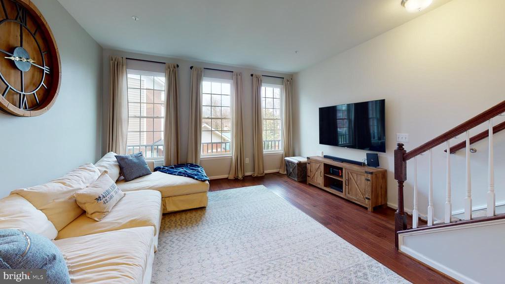 2nd lvl living space offers handsome hdwd flooring - 416 HAUPT SQ SE, LEESBURG