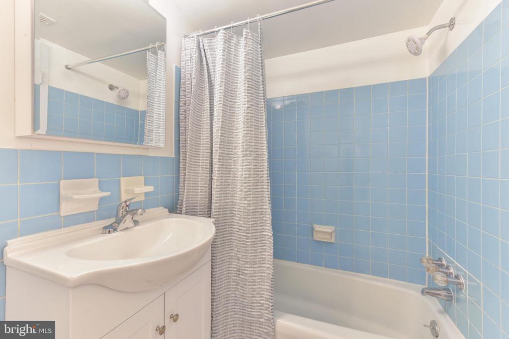 Full Bath - 5201 DUKE ST #303, ALEXANDRIA