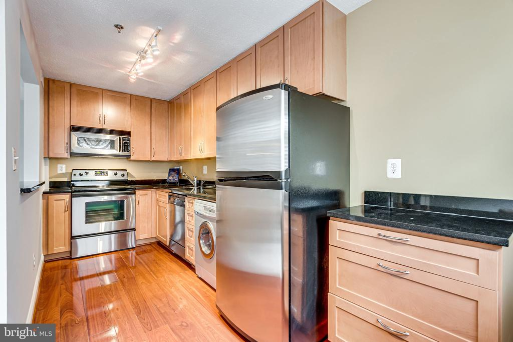 Modern kitchen w SS apps and to ceiling cabinetry - 1251 EAST ABINGDON DR, #1103, ALEXANDRIA