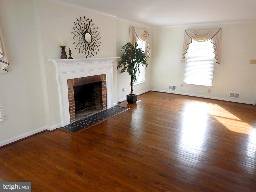 Living Room and fireplace - 1510 BOYCE AVE, TOWSON