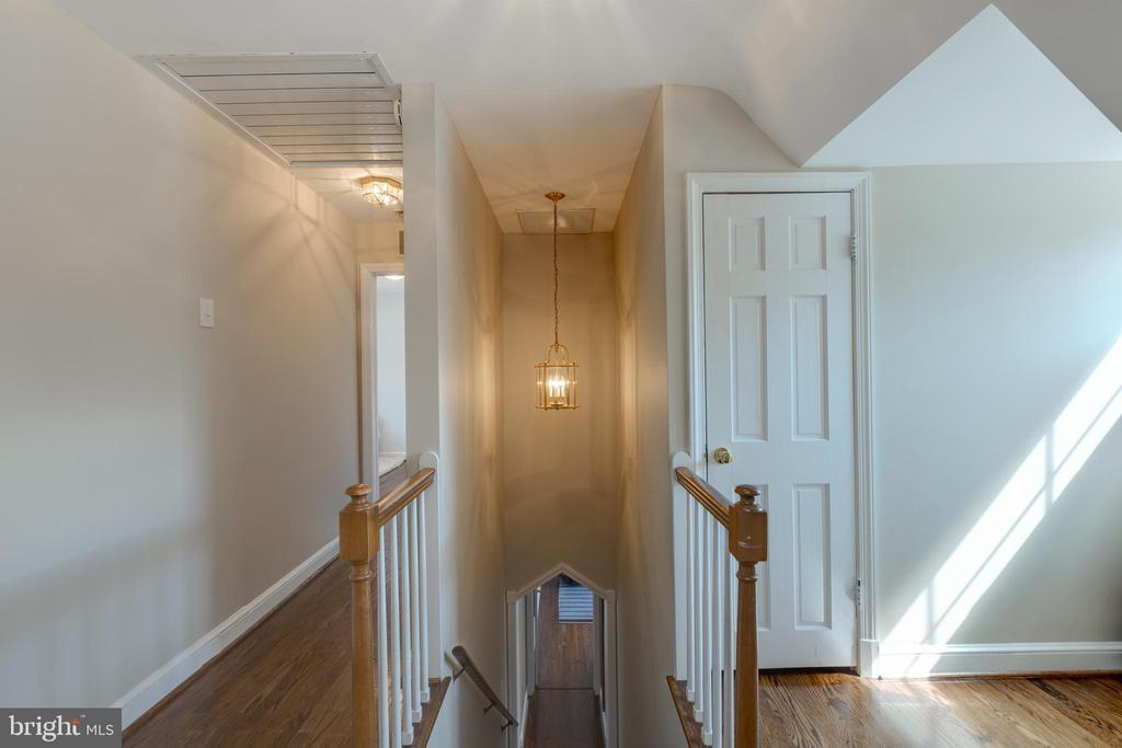 Upper level main hall - 4635 35TH ST N, ARLINGTON