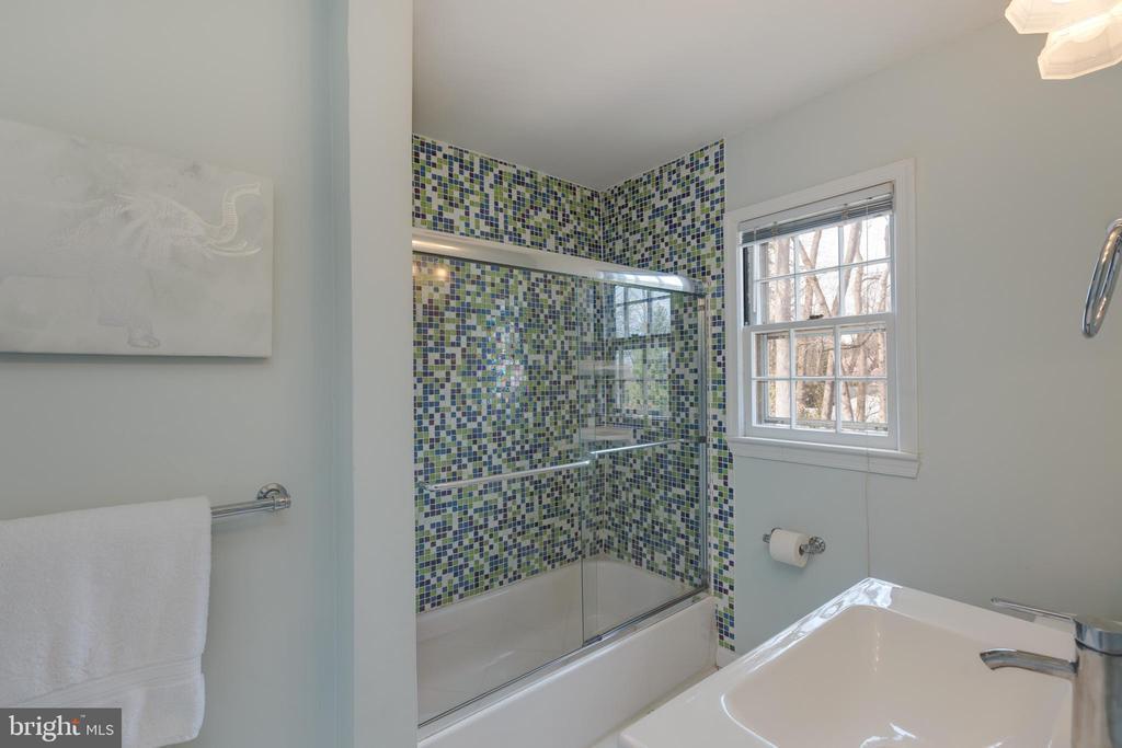 Upper level bathroom - 4635 35TH ST N, ARLINGTON