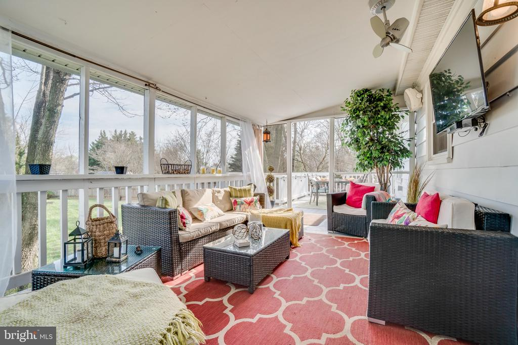 Fabulous Screened Porch! - 413 DODD DR NW, LEESBURG